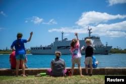 27일 인도네시아의 마카사르 (KRI Makassar) 군함이 환태평양합동군사훈련(RIMPAC·림팩)에 참여하기 위해 하와이주 호놀룰루의 펄 하버-히캄 기지에 도착하고 있다.