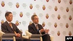 中国常驻联合国日内瓦办事处代表兼大使何亚非(左)在多哈峰会上