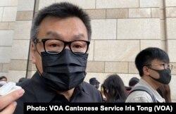 童装品牌Chickeeduck CEO周小龙表示,在西九法院大楼外排队是一种表态,他相信人潮代表6成香港人的声音 (美国之音/汤惠芸)