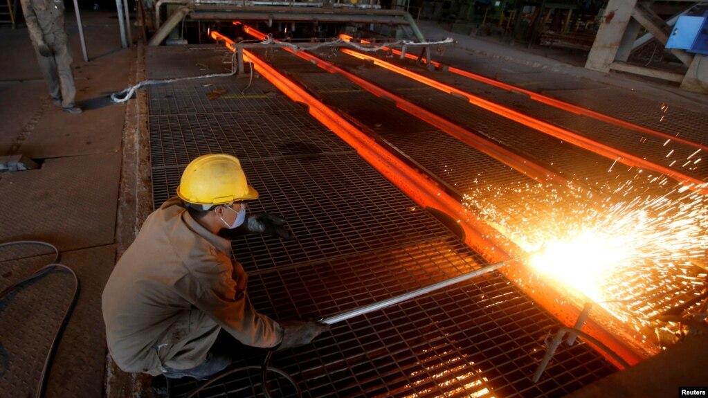 Tư liệu - Một công nhân làm việc tại nhà máy thép Hòa Phát ở tỉnh Hải Dương, Việt Nam, ngày 14 tháng 6, 2016.
