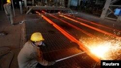 Công nhân tại một nhà máy thép ở Việt Nam.