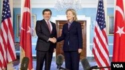 Menlu AS Hillary Clinton (kanan) saat bertemu dengan Menteri Luar Negeri Turki Ahmet Davutoglu (foto: dok.). AS menyerukan Turki memuluskan hubungan dengan Israel.