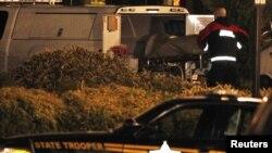Xác người thiệt mạng được đưa ra khỏi hiện trường vụ nổ súng ở Portland, Oregon, ngày 11/12/2012.