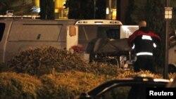 Un médico ingresa a una camioneta uno de los cuerpos de las vítimas durante el tiroteo para trasladarlo a la morgue.