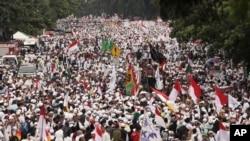 Puluhan ribu muslim garis keras menggelar protes setelah salat Jumat dan berdemonstrasi di depan istana presiden, Jakarta, 4 November 2016. (AP Photo/Achmad Ibrahim)