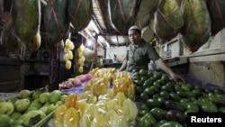 Seorang penjual buah sedang menunggu pembeli di sebuah pasar tradisional di Jakarta (Foto: dok).