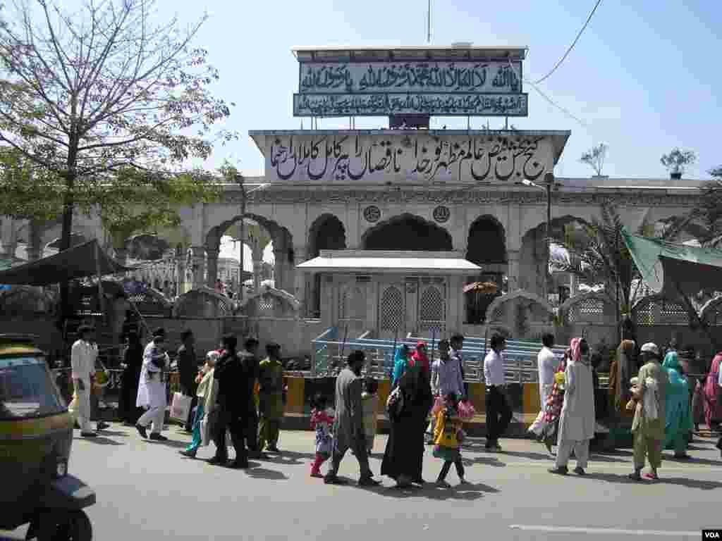 صوفی بزرگ علی ہجویری کا مزار 'داتا دربار' بھی لاہور آنے والوں کے لیے ایک اہم پڑاؤ سمجھا جاتا ہے۔