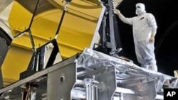 Un ingénieur s'activant au centre spatial Marshall Space Flight Center à Huntsville, dans Alabama (Photo AP)