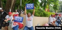 Salah satu pendukung Kandidat 01 Presiden-Wakil Presiden tampak di salah satu sudut Stadion GBK Senayan (13/4) (foto: VOA/Sasmito Madrim)