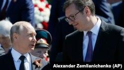 президент Росії Путін з президентом Сербії Вуйчичем розмовляють після параду