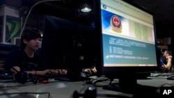 中国北京的一家网吧电脑显示屏上有警方发布的监察信息(资料照片)