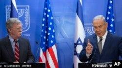 លោកនាយករដ្ឋមន្ត្រីអ៊ីស្រាអែល Benjamin Netanyahu (រូបស្តាំ) ថ្លែងជាមួយនឹងលោក John Bolton ទីប្រឹក្សាផ្នែកសន្តិសុខជាតិរបស់សហរដ្ឋអាមេរិក នៅក្នុងកិច្ចប្រជុំមួយនៅក្នុងក្រុង Jerusalem កាលពីថ្ងៃទី២០ ខែសីហា ឆ្នាំ២០១៨។