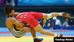 27일 2014 인천 아시안게임 레슬링 남자 자유형 57㎏급 결승에서 북한의 정학진이 카자흐스탄 칼리예프에게 공격을 시도하고 있다.