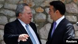 Глава МИД Греции Никос Котзиас и его македонский коллега Никола Димитров (архивное фото)