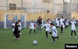Anak-anak perempuan berlatih sepak bola di akademi sepak bola putri di Tripoli, Libya, 21 Desember 2018. (Foto: Reuters)