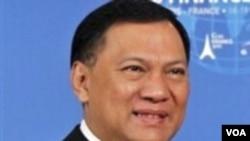 Menteri Keuangan Agus Martowardojo mempersilakan KPK untuk mengusut rekening gendut PNS staf Kementerian Keuangan.