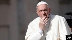 El papa Francisco arriba a su audiencia general de los miércoles en la Plaza de San Pedro en el Vaticano, el 25 de abril, de 2018.