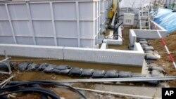 Foto yang dirilis oleh Tokyo Electric Power Co. (TEPCO) ini memperlihatkan air yang terkontaminasi zat radioaktif yang bocor dari tanki penyimpanan air di PLTN Fukushima di Okuma, Fukushima (20/2).