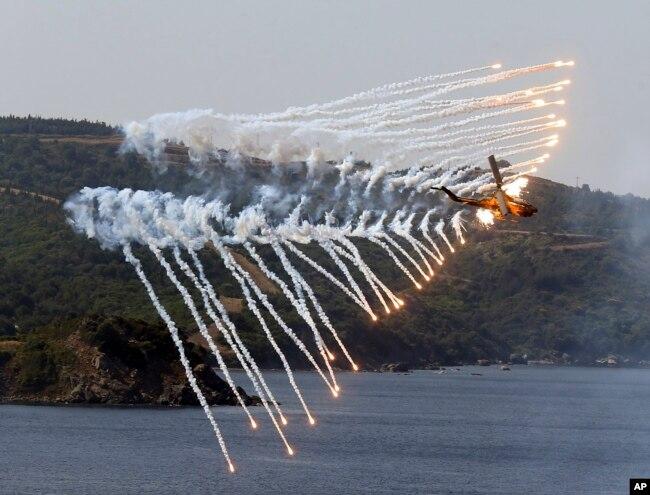터키 이즈미르 인근 에게해에서 실시된 EFES-2018 군사 훈련 중 터키군 헬리콥터가 훈련에 참가하고 있다.
