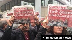 Các cuộc biểu tình nổ ra vài giờ sau khi nhà chức trách Thổ Nhĩ Kỳ ra lệnh bắt giữ để xét xử 9 lãnh đạo và nhà báo của báo Cumhuriyet thế tục đối lập.