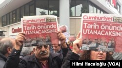 Người biểu tình trước tòa báo Cumhuriyet ở thành phố Istanbul, Thổ Nhĩ Kỳ
