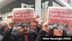 Demonstranti ispred redakcije opozicionog lista Džumhurijet, u Istanbulu u Turskoj 5. novembra 2016.
