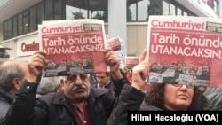 تظاهرات در مقابل دفتر روزنامه «جمهوریت» در استانبول و در اعتراض به دستگیری مدیر این روزنامه