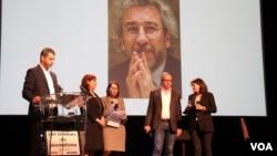 Ödülü Can Dündar adına eşi Dilek Dündar aldı