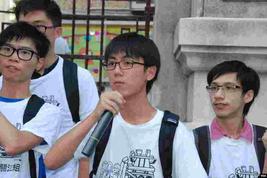 香港普教中學生關注組副主席、網名「郭奉孝」(中)表示,普教中是國民教育的其中一環