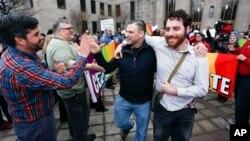 9일 미국 앨라바마 주에서 혼인신고를 한 동성 커플이 법원을 떠나며 축하를 받고 있다.