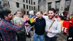 عکسی از یک زوج همجنسگرا که در فوریه چهارسال پیش ازدواج شان را در آلاباما ثبت کردند.