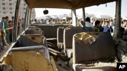 Sebuah bus militer hancur dihantam bom di Sanaa, Yaman (4/2), menewaskan sedikitnya dua orang tentara.