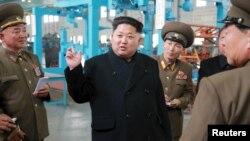 Le leader nord-coréen Kim Jong-Un au milieu de ses experts militaires à Pyongyang, Corée du Nord, 1er avril 2015.