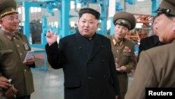 Kim Jong-un (tengah) memberikan arahan kepada para pejabat tinggi militer Korea Utara (foto: dok).