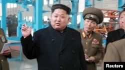 Le leader nord-coréen Kim Jong-Un entouré de ses officiers à Pongyang, 1er avril 015.