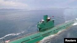 شمالی کوریا کے لیڈر آبدوز کی چھت پر بیٹھے ہوئے ہیں