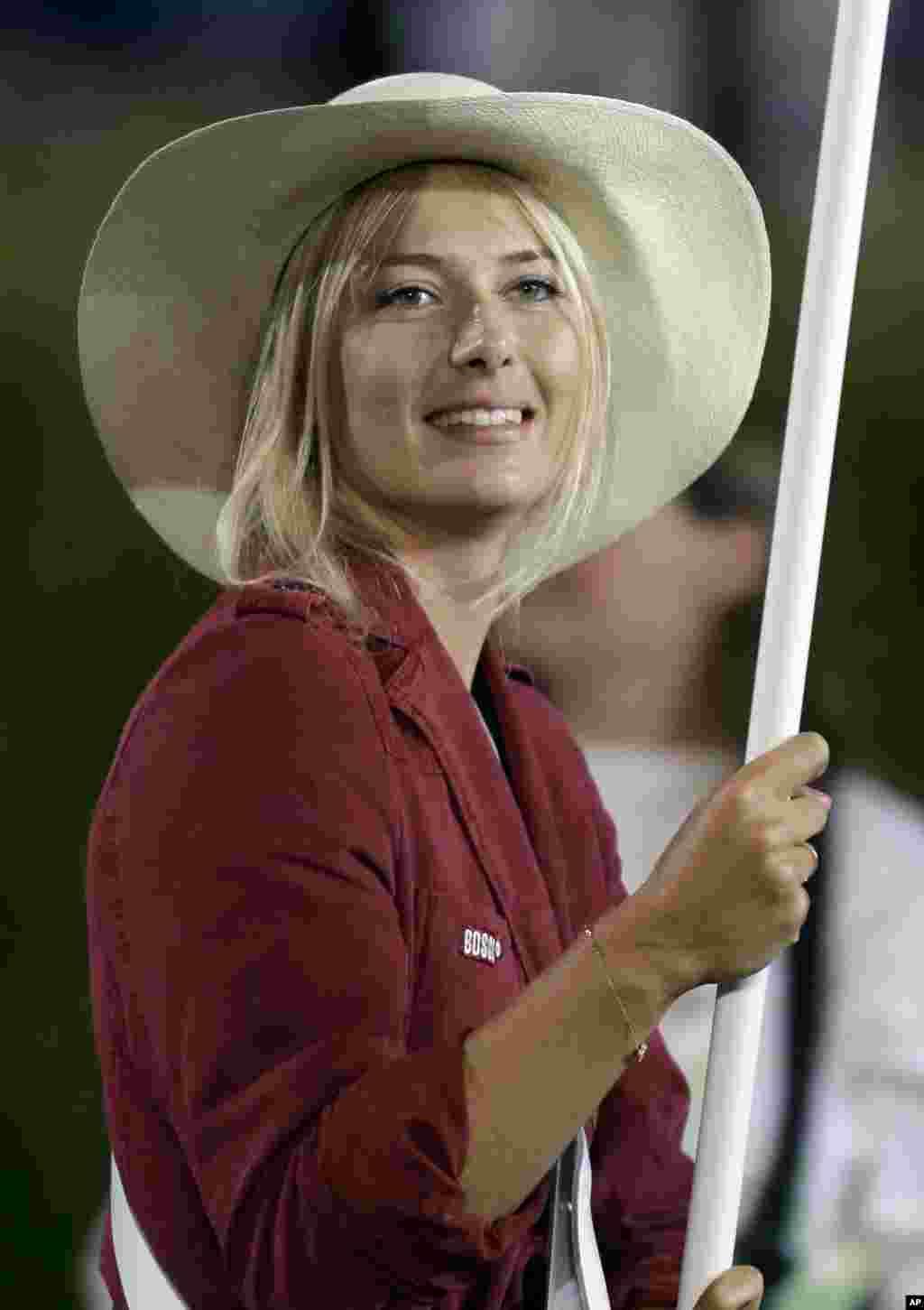 La tenista rusa Maria Sharapova fue la abanderada de su delegación durante el desfile de los atletas.