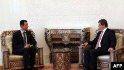 Ngoại trưởng Thổ Nhĩ Kỳ Ahmet Davutoglu (phải) hội đàm với Tổng thống Syria Bashar al-Assad ở thủ đô Damascus, Syria