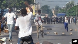 Several dozens of Ivorian opposition youth clash with police during a demonstration in Abidjan against the dissolution of Ivorian cabinet and electoral commission, 17 Feb 2010