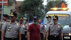 Kapolda Jateng Irjen Polisi Dwi Priyatno dan Walikota Solo Hadi Rudyatmo, meninjau lokasi pembersihan abu vulkanik Gunung Kelud, Jumat, 14 Februari 2014 (VOA/Yudha)