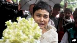 一位妇女向达卡一家高档餐馆遭遇袭击时的遇难者献花(2016年7月3日)