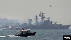 一艘土耳其海岸警衛隊船監送俄羅斯驅逐艦斯梅特利維號通過博普斯普魯斯海峽