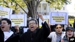 Manifestantes piden votar por la reforma inmigratoria y parar las deportaciones.