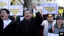 Manifestantes frente a la Casa Blanca demandan tras las elecciones del mes pasado una reforma de las leyes de inmigración.