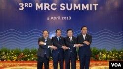 4 năm một lần, ông thủ tướng lại dẫn một phái đoàn đi dựHội Nghị Thượng Đỉnh Ủy Hội Sông Mekong, đem theo một bài diễn văn viết sẵn với ngôn từhoa mĩ; khi bài diễn văn được đọc xong, các nguyên thủ cùng bước lên sân khấu chụp hình, sau đó ai về nhà ấy. [nguồn: ảnh MRC Việt Nam]