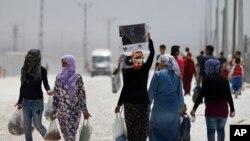 شام کے پناہ گزیں ترکی داخل ہوتے ہوئے