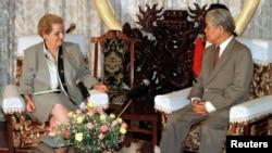 Ngoại trưởng Hoa Kỳ Madeleine Albright hội kiến Tổng Bí Thư Đỗ Mười tháng 6/1997 tại Dinh Độc lập ở Tp. Hồ Chí Minh.