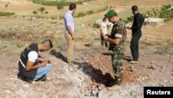 黎巴嫩士兵在檢驗遭火箭襲擊的地方﹐當地居民聲稱火箭從敘利亞境內發射。