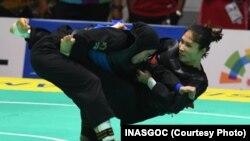 Sarah Tria Monita (kiri) merebut emas di kelas 55-60kg.
