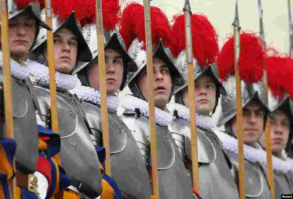 Швейцарские гвардейцы на площади Святого Петра в Ватикане